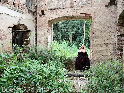 Duchesse Shamat - La Duchesse à la laisse dans Bustier noir enk58_dsh30