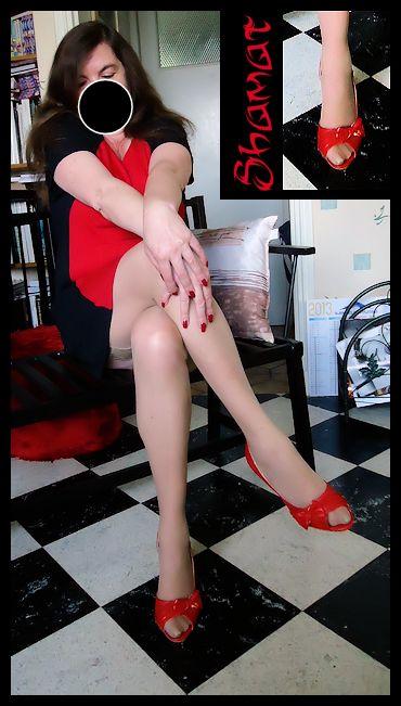Robe noire et rouge dans Jambes es130513rr01
